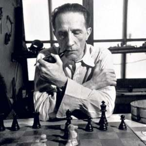 Мужчина и женщина играют в шахматы